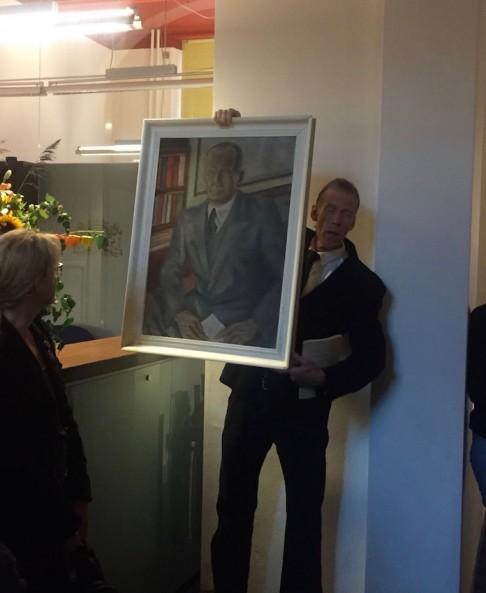 'Toon Benes' toont het portret dat Bas Galis van hem maakte