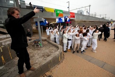 Beno Hofman met studenten Noorderpoortcollege bij opening station Europapark, fotograaf Gerhard Taatgen (preview)-28.
