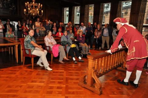 Willem IV spreekt de bezoekers toe