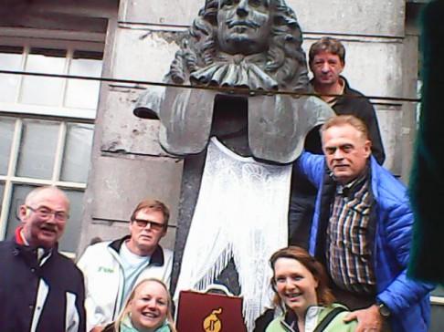 Groepsfoto bij borstbeeld Rabenhaupt